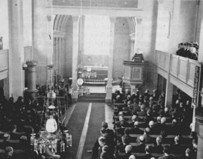"""Sokneprest Boge ileser opp """"Kirkens Grunn"""" fra prekestolen i Fjell kirke 12.april 1942 Foto: http://www.stellamaris.no"""